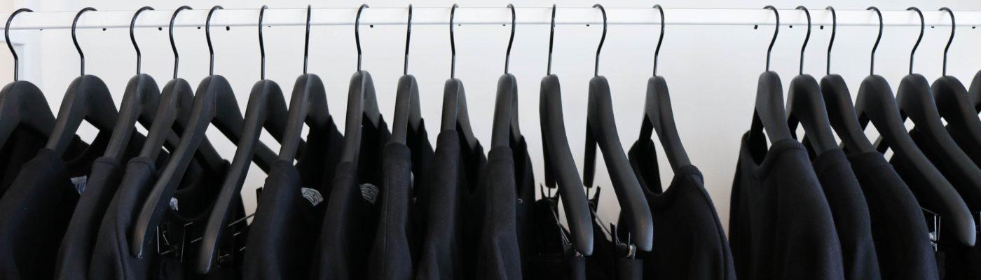 czarne koszulki na wieszaku